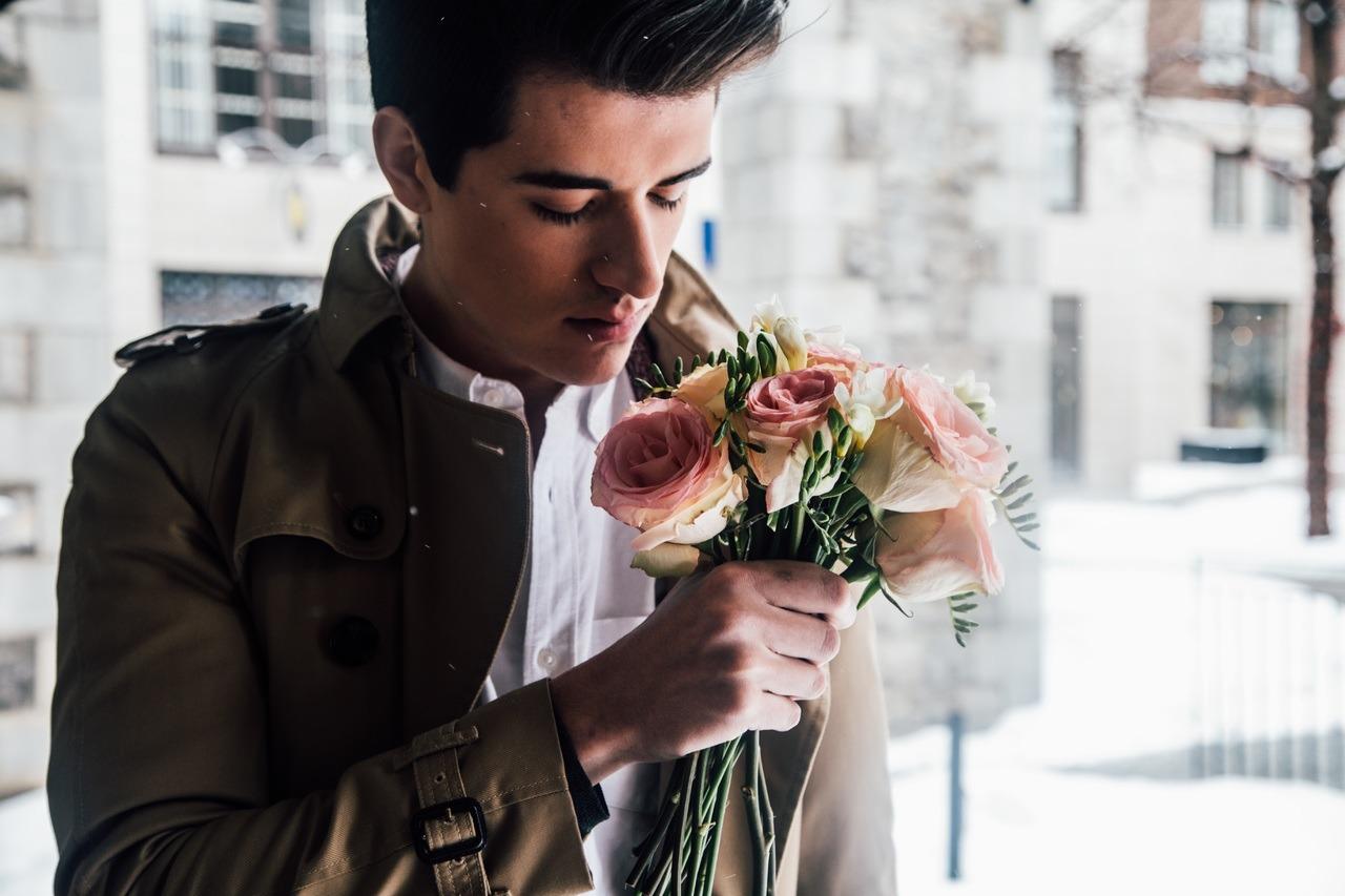 Mannequin homme tenant un bouquet
