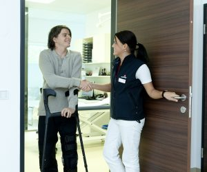 Infirmière accompagnant un patient