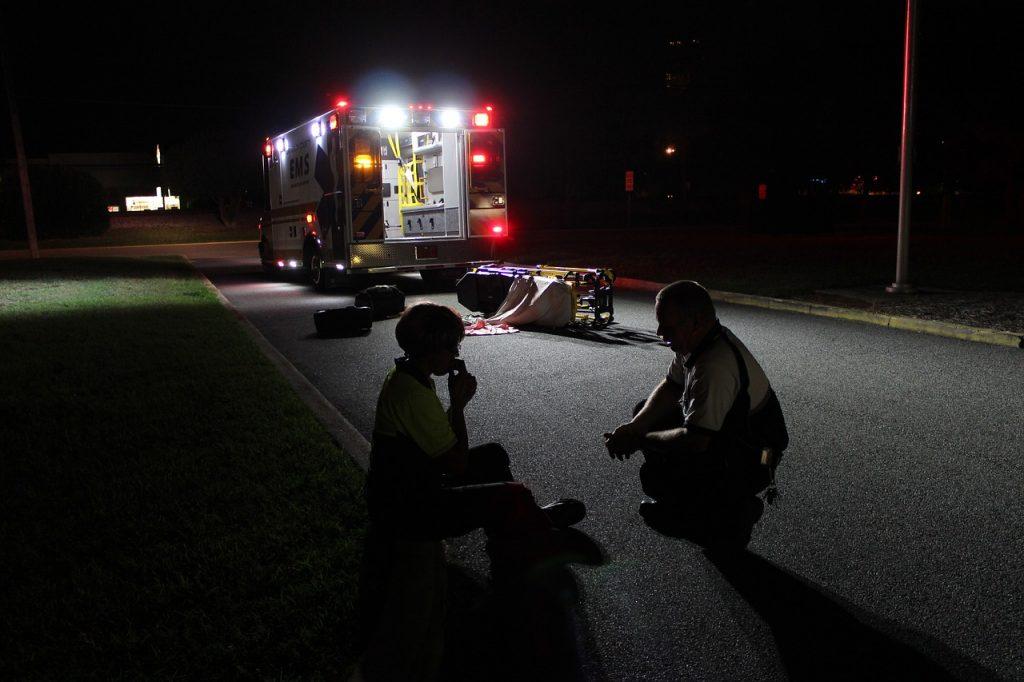 Ambulancier en intervention nocturne
