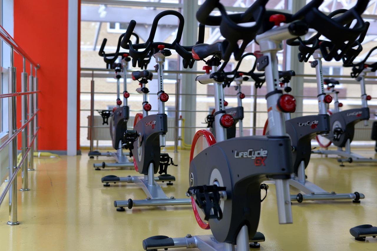 Salle de sport : faut-il mieux lancer sa propre salle ou être en franchise ?